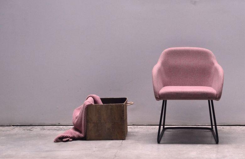 Chaise avec accoudoirs piètement luge HANNA - Design Francesc Rifé - AKABA